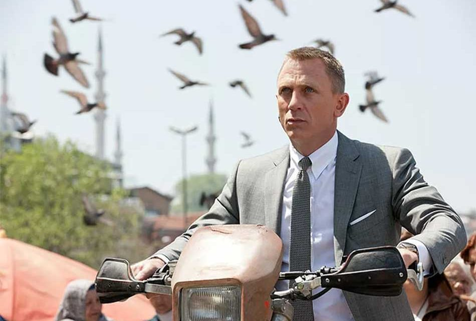 Daniel Craig Announces He Will Return as James Bond!